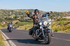 Gelukkige bestuurder die Harley Davidson berijden Royalty-vrije Stock Foto
