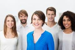 Gelukkige bestuurster met haar commercieel team Royalty-vrije Stock Afbeeldingen