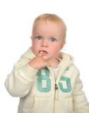Gelukkige blauwe de ogenpeuter die van de kindbaby vinger eten die omhoog eruit zien Royalty-vrije Stock Afbeeldingen