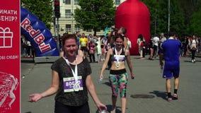Gelukkige, blije en ontevreden deelnemers van de marathon, jong, mooi, meisjes in T-shirts en beenkappen, sportkleding stock video