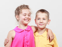 Gelukkige blije leuke jonge geitjesmeisje en jongen Royalty-vrije Stock Afbeeldingen