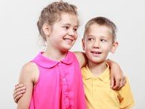 Gelukkige blije leuke jonge geitjesmeisje en jongen Stock Foto's