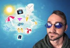 Gelukkige blije mens die met zonnebril de zomerpictogrammen bekijken Stock Afbeeldingen