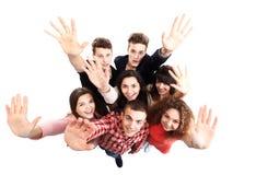 Gelukkige blije vrienden die zich met omhoog handen bevinden royalty-vrije stock foto's