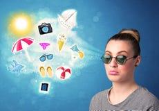 Gelukkige blije vrouw die met zonnebril de zomerpictogrammen bekijken Stock Fotografie