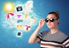 Gelukkige blije vrouw die met zonnebril de zomerpictogrammen bekijken Stock Afbeeldingen
