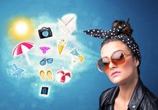 Gelukkige blije vrouw die met zonnebril de zomerpictogrammen bekijken Royalty-vrije Stock Foto's