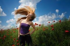 Gelukkige blije vrouw op mooi papavergebied stock foto