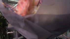 Gelukkige bloemist die boeket geven aan klant stock footage