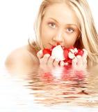 Gelukkige blond in water met rood royalty-vrije stock foto