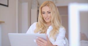 Gelukkige Blonde Vrouw die haar Laptop Computer met behulp van Royalty-vrije Stock Afbeelding