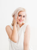 Gelukkige blondeflirts en lach royalty-vrije stock foto