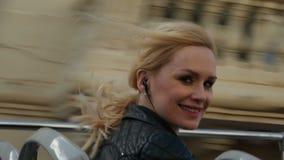 Gelukkige blondevrouw binnen dubbele dekbus stock video