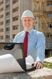 Gelukkige bouwer in bouwvakker Stock Foto's