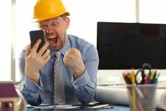 Gelukkige bouwingenieur die in van hem kijken stock foto