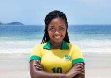 Gelukkige Braziliaanse vrouw in een voetbal Jersey bij strand royalty-vrije stock foto's