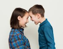 Gelukkige broer en zuster, studioachtergrond Royalty-vrije Stock Foto's