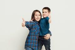 Gelukkige broer en zuster, studioachtergrond Royalty-vrije Stock Afbeeldingen