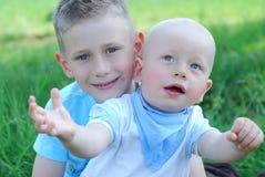 Gelukkige broers in openlucht in de zomer stock foto