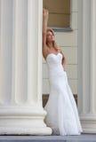 Gelukkige bruid achter een kolom 1 Stock Afbeeldingen