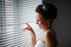 Gelukkige bruid bij venster Royalty-vrije Stock Afbeeldingen