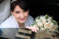Gelukkige bruid in de auto Stock Fotografie