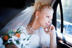Gelukkige bruid in de auto Royalty-vrije Stock Foto