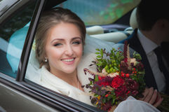 Gelukkige bruid in de auto stock foto
