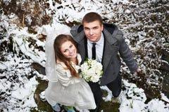 Gelukkige bruid en bruidegom in de winterdag Royalty-vrije Stock Foto