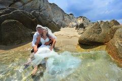 Gelukkige bruid en bruidegom die groot op wittebroodsweken voelen Royalty-vrije Stock Foto