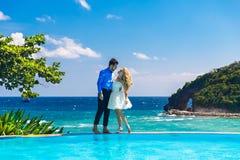 Gelukkige bruid en bruidegom die pret op een tropisch strand hebben Stock Afbeeldingen