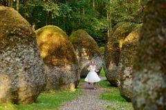 Gelukkige bruid en bruidegom die van genieten stock foto