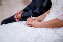 Gelukkige bruid en bruidegom die van romantische ogenblikken genieten stock afbeelding