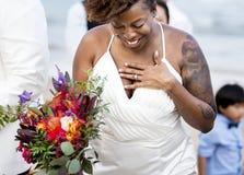 Gelukkige bruid en bruidegom in een huwelijksceremonie bij een tropisch eiland royalty-vrije stock fotografie