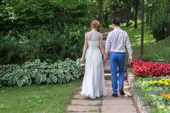 Gelukkige bruid en bruidegom het vieren huwelijksdag Royalty-vrije Stock Foto's