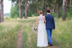 Gelukkige bruid en bruidegom het vieren huwelijksdag Royalty-vrije Stock Foto