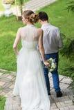 Gelukkige bruid en bruidegom het vieren huwelijksdag Stock Foto's