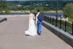 Gelukkige bruid en bruidegom het vieren huwelijksdag Stock Afbeeldingen