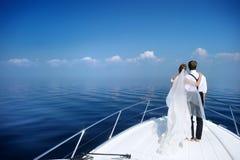 Gelukkige bruid en bruidegom op een jacht Royalty-vrije Stock Foto