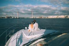 Gelukkige bruid en bruidegom op een jacht die samen reizen Stock Fotografie