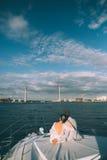 Gelukkige bruid en bruidegom op een jacht die samen reizen Royalty-vrije Stock Fotografie