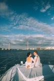 Gelukkige bruid en bruidegom op een jacht die samen reizen Royalty-vrije Stock Afbeeldingen