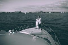 Gelukkige bruid en bruidegom op een jacht die samen reizen Royalty-vrije Stock Foto's