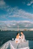 Gelukkige bruid en bruidegom op een jacht die samen reizen Stock Foto