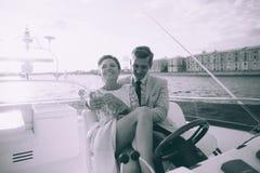 Gelukkige bruid en bruidegom op een jacht die samen reizen Stock Foto's