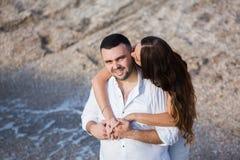 Gelukkige bruid en bruidegom Vrolijk echtpaar Omhelst enkel echtpaar Het Paar van het huwelijk stock foto