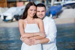 Gelukkige bruid en bruidegom Vrolijk echtpaar Omhelst enkel echtpaar Het Paar van het huwelijk stock fotografie
