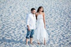 Gelukkige bruid en bruidegom Vrolijk echtpaar Omhelst enkel echtpaar Het Paar van het huwelijk royalty-vrije stock foto
