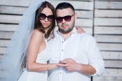 Gelukkige bruid en bruidegom Vrolijk echtpaar Omhelst enkel echtpaar Het Paar van het huwelijk royalty-vrije stock fotografie