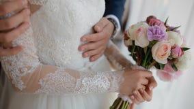 Gelukkige bruid en bruidegomtribune dichtbij het venster stock video
